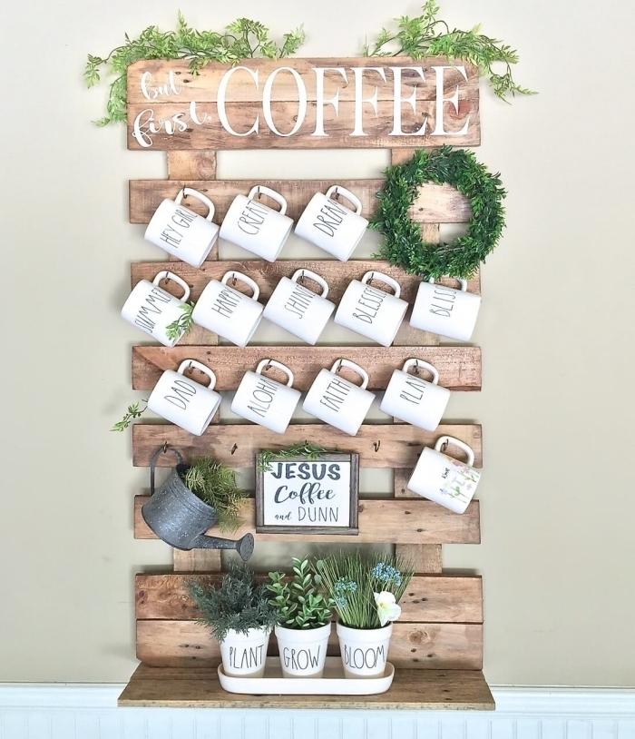 astuce rangement cuisine avec palette recyclée en porte-tasses mural original de style rustique avec petite étagère pour herbes aromatiques