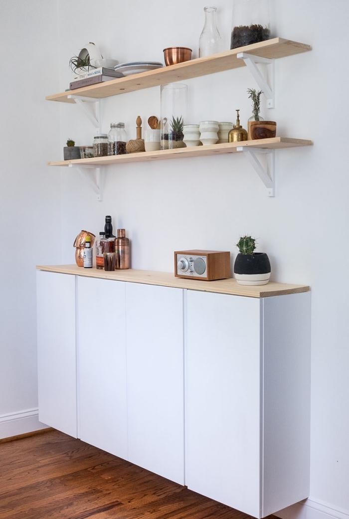 idée de meubles fonctionnels pour aménager une petite cuisine, un meuble flottant bas de cuisine à finition blanc mat et sans poignées avec deux étagères ouvertes au-dessus pour y ranger sa petite vaisselle de cuisine