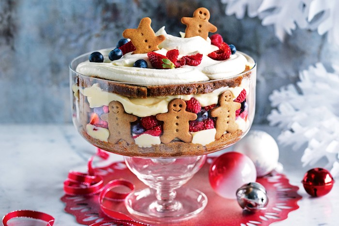 recette gateau de noel, bagatelle ou trifle avec pain d epice, fruits rouge et crème chantilly et décoration de bonhommes en pain d épices
