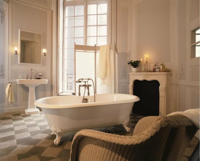lavabo blanc, baignoire autoportante avec robinet, miroir rectangulaire, petites appliques murales, cheminée décorative, baignoire gris et blanc