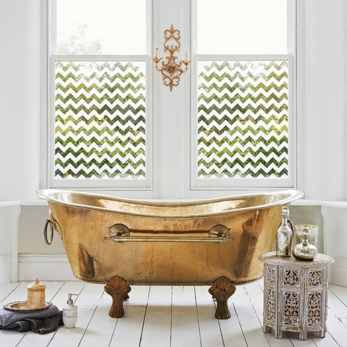 sol en planches blanches, tabouret aux motifs marocains, petit plateau, argenté, vases lumineuses, bougeoir mural doré