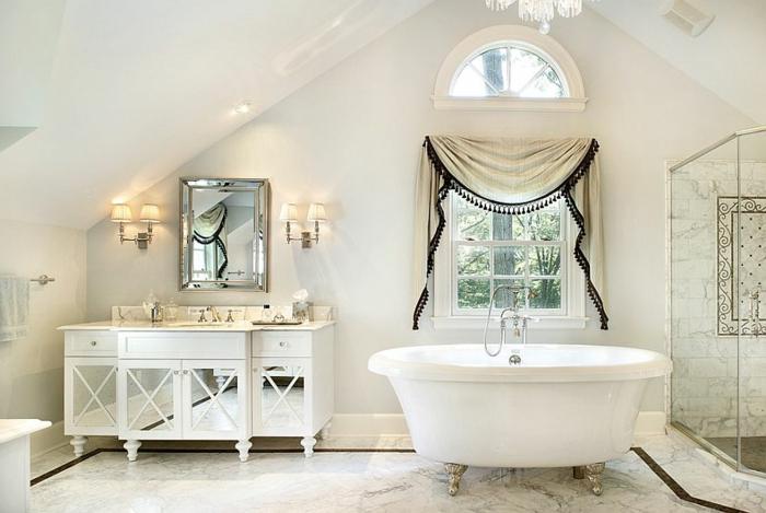 baignoire autoportante sur pieds, armoire vitrée blanche, petite fenêtre ancienne, cabine de douche, plafond en pente, miroir art déco
