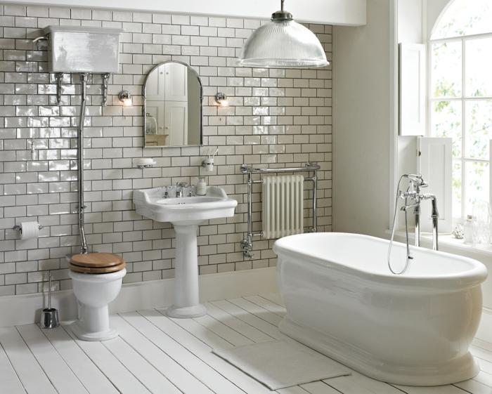 baignoire ovale rétro, planches peintes, carreaux métro luisants, miroir encadré, grande lampe suspendue