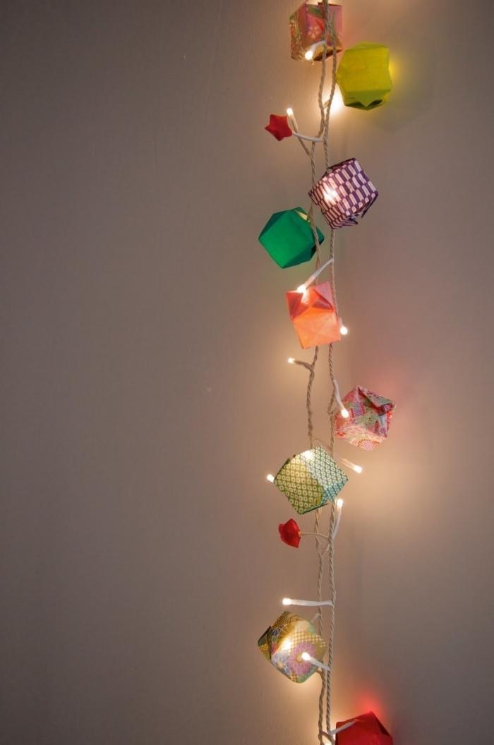 guirlande lumineuses led ornée de ballons origami en papier de couleur et de motif différent pour une décoration murale poétique