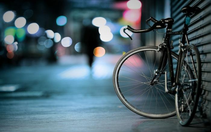 Bicyclette photo inspirée par le style de tumblr, idée fond d'écran stylé avec une bicyclette en focus et silhouettes et lumières bokeh style
