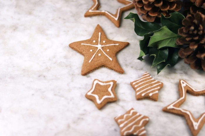 bredele de noel au gingembre et miel en forme d'étoiles, faire des cookies en formes de noel avec emportes pièces