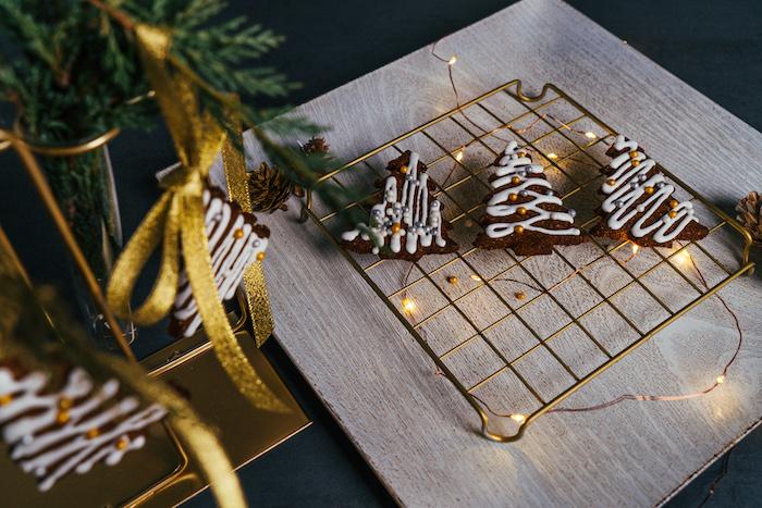 decorer les sablés de noel de glacage royal et des perles dorées comestibles, recette pain d epice