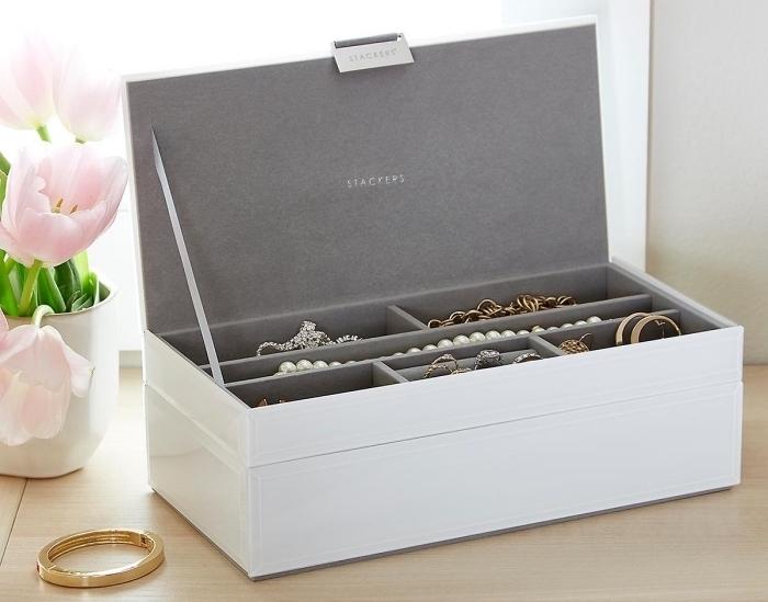 accessoire rangement bijoux stylé, modèle de boîte blanche pour colliers et boucles d'oreilles, idée cadeau femme noel