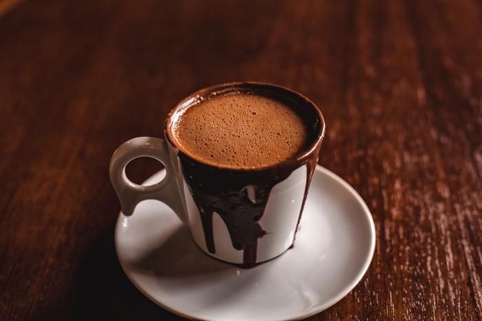 recette chocolat chaud vegan, boisson au lait de coco et cacao en poudre non sucré, chocolat chaud faible en calories, mug tasse de café blanche