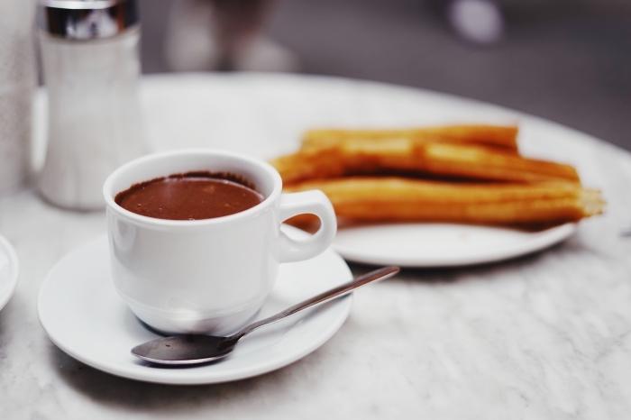 exemple petit déjeuner Noël avec friandise et tasse de boisson chaude, recette chocolat chaud maison facile