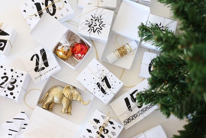 que mettre dans un calendrier de l avent, boites blanches numérotées et remplies de petites décorations de noel et gourmandises