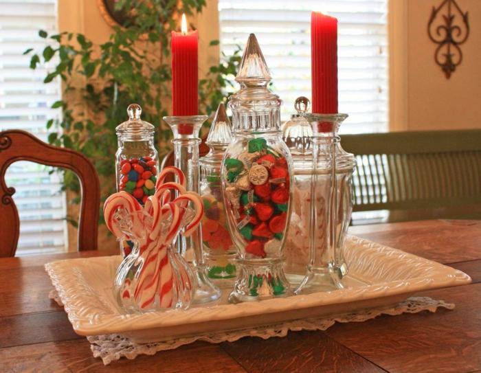 bonbonni res en verre remplies de bonbons sucettes plateau blanc bougies rouges deco table noel a fabriquer plante verte