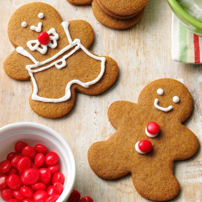 sable de noel facile et rapide à la cannelle et au miel, faire des cookies en forme bonhomme de neige avec déco en bonbons rouges comme boutons