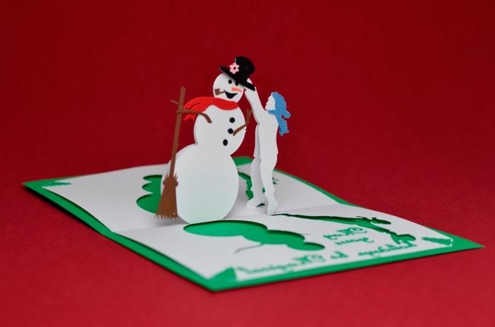 modèle de DIY carte pop up pour Noël, idée carte de noel a fabriquer en papier coloré avec bonhomme de neige découpé