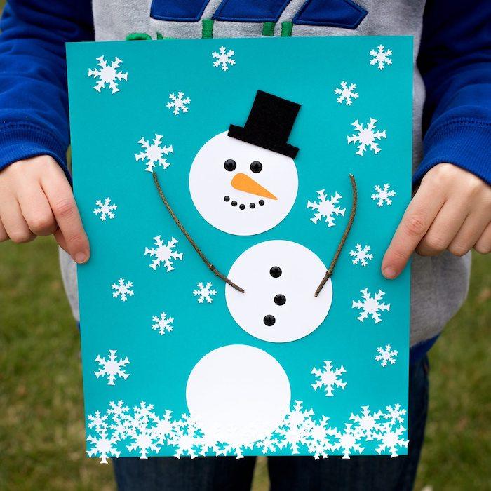 bonhomme de neige en cercles de papier blanc et chapeau melon papier noir, flacons de neige en papier sur papier bleu