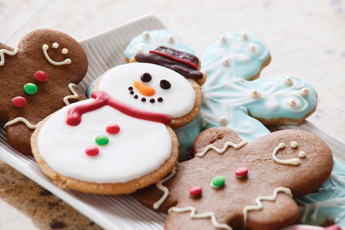 biscuit de noel original en bonhomme pain épices, bonhomme de neige et flacon de neige avec deco bonbons, glaçage royal et chocolat et perles comestibles