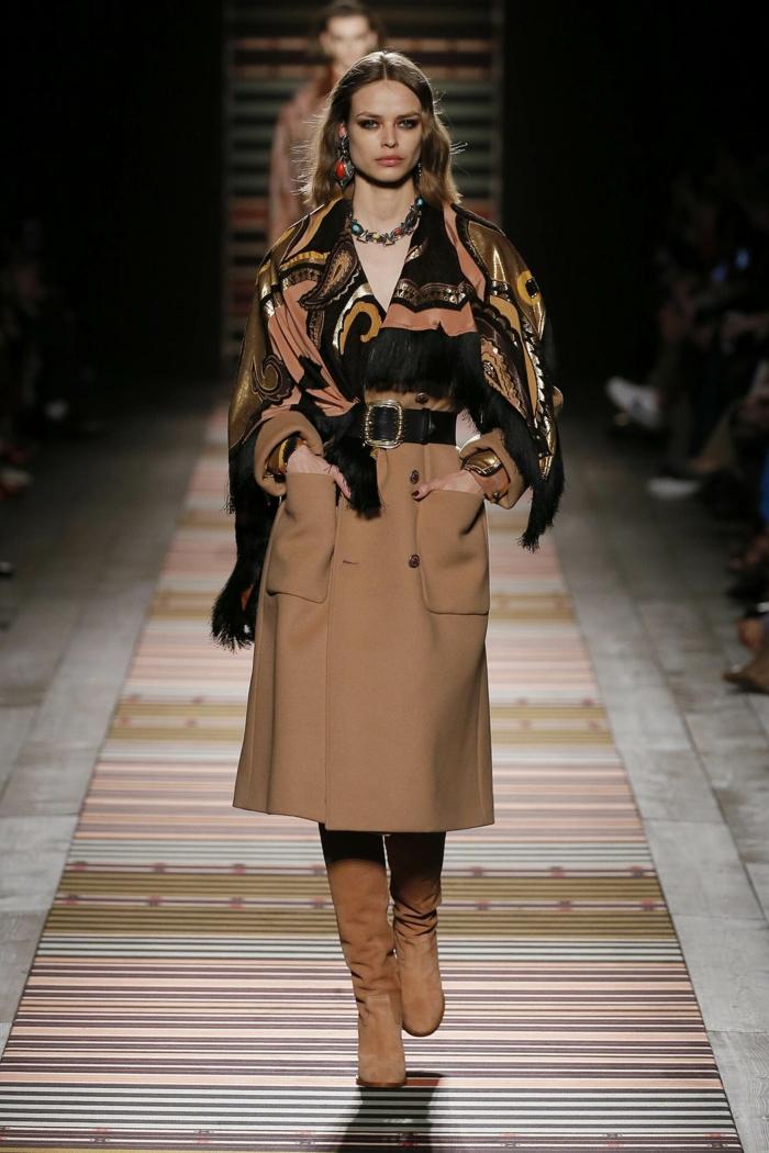 manteau d'hiver femme, longues bottes en velours, ceinture noire, écharpe couleurs terrestres, collier de pierres colorées
