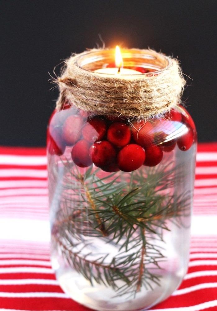 comment faire une bougie flottante diy dans un bocal en verre avec branches de pin, houx et décoration de ficelle chanvre