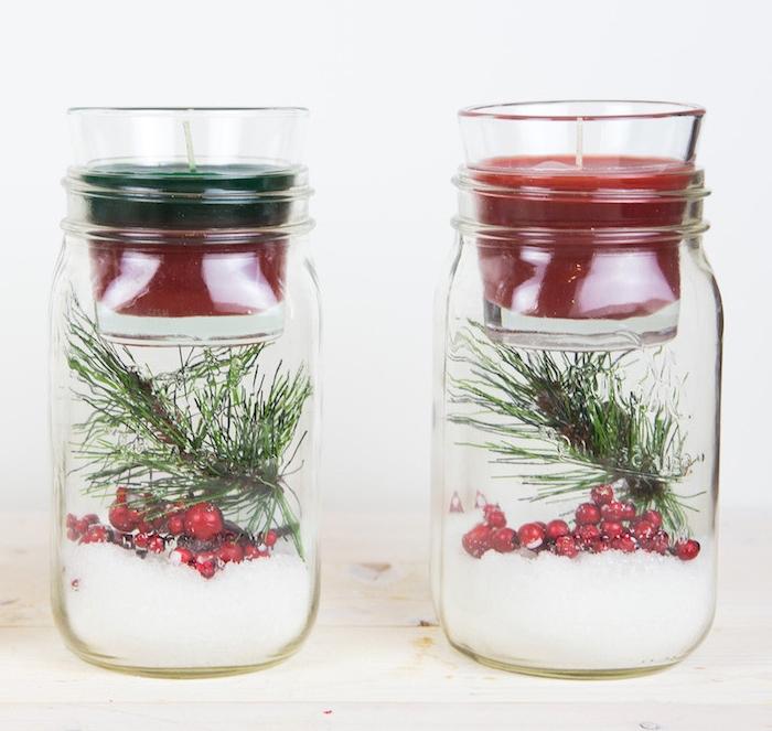 bougeoir de noel diy dans un pot de veerre avec neige artificielle, pomme de pin et houx, deco noel a fabriquer originale