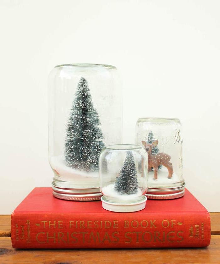 mini scènes de noel dans un pot en verre et bocal rempli de neige et figurine sapin et biche, activités manuelles noel adultes