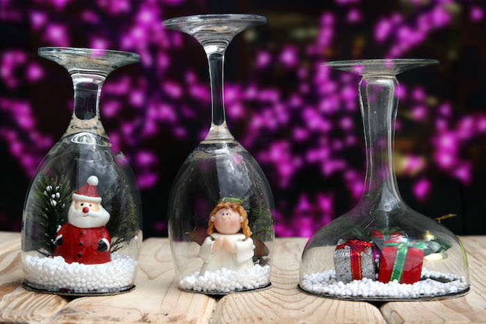 fabriquer boule à neige sous un verre à vin avec neige artificielle, père noel, ange et cadeaux figurines de noel