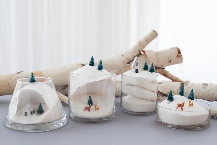 petites scènes boule à neige dans un pot récipient en verre avec neige artificielle et figurines biches et sapins, décoration de noël à fabriquer