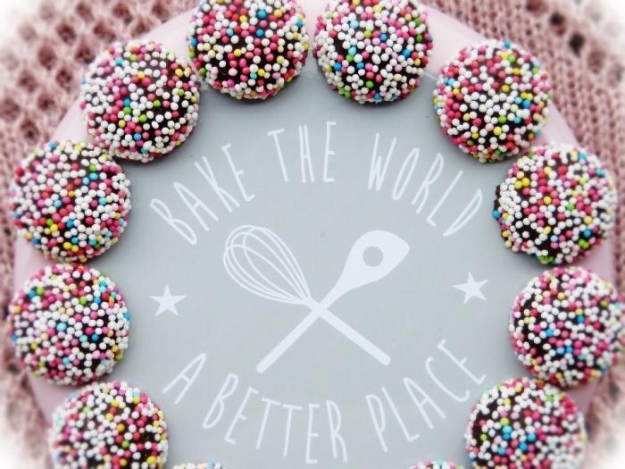 recette gateau de noel facile avec chocolat, exemple de mini boules au chocolat avec perles comestibles colorées