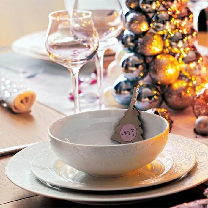 boules de noel couleur argent petit sapin de noel en carton avec un chiffre inscrit verres  vin deco de table noel activite manuelle noel
