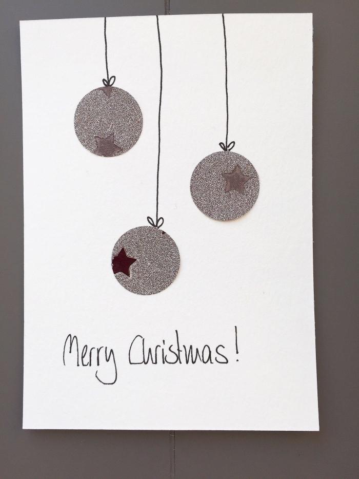 modèle de DIY carte stylée en papier blanc avec boules de Noel découpées de papier argentées, idée jolie carte noel