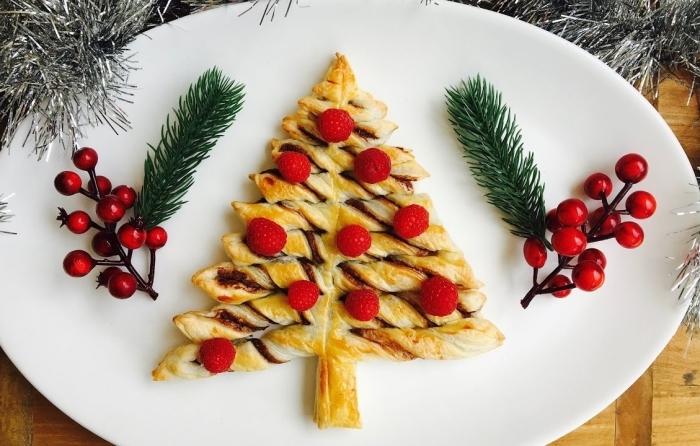 exemple de feuilleté chocolat avec jolie décoration en fruits rouges et branches de sapin, exemple de mini sapin en pâte feuilletée
