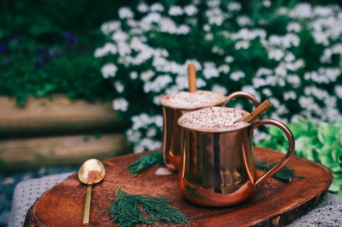 comment faire un chocolat chaud parfumé à la cannelle, mug café à design métallique cuivré, comment servir chocolat chaud
