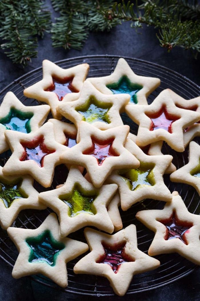 petit gâteau de noël avec confiture, préparer des cookies parfaits pour noel en formes d'étoiles, recette cookies au beurre