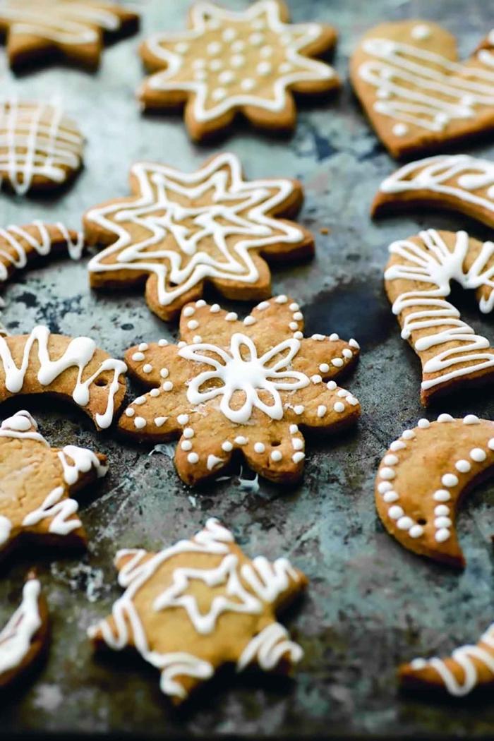 recette cookie facile pour noel, bredele de noel en forme étoile avec glaçage royal, recette biscuit a la cannelle et au miel