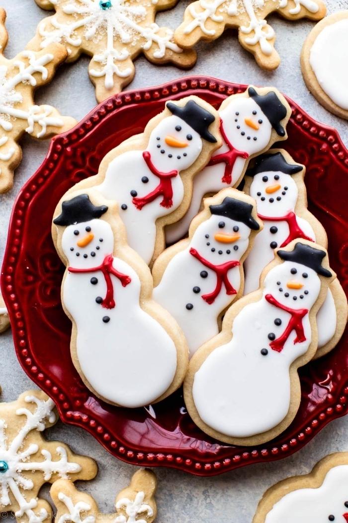idée pour un gateau alsacien facile à décorer, exemple comment décorer cookie au beurre en forme bonhomme de neige