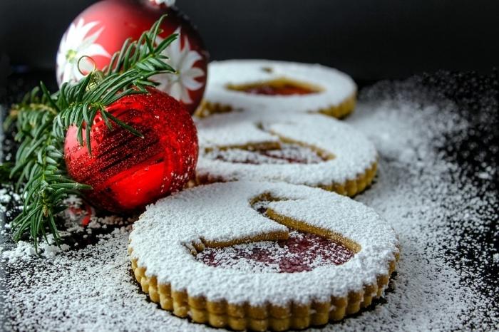 exemple de biscuit de noel au beurre et confiture saupoudré de sucre glace, idée comment décorer facilement des cookies noel