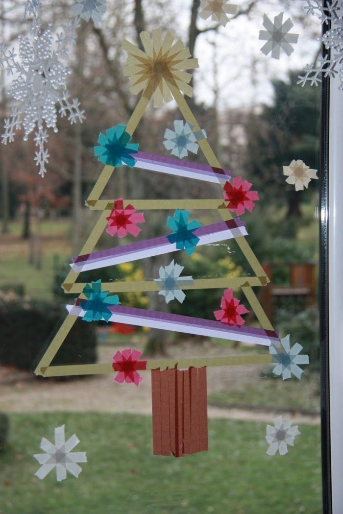 bricolage noel facile pour décorer les vitres, sapin de noël original réalisé en masking tape de couleurs différentes agrémenté de petits flocons de neige