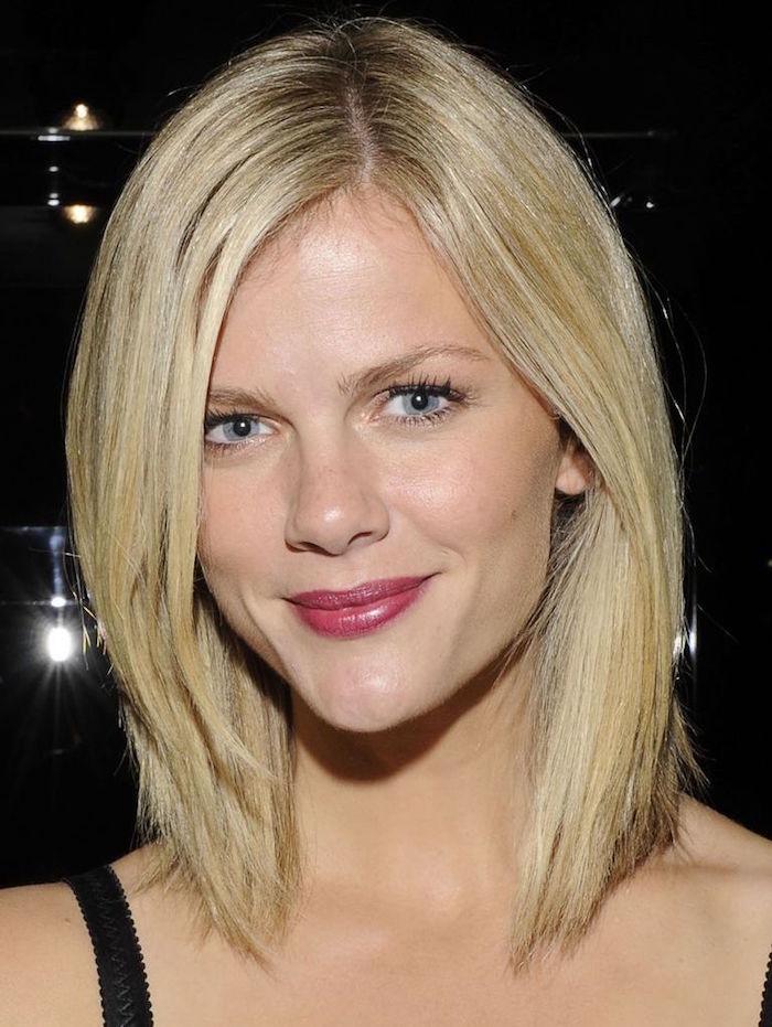 brooklyn decker avec coiffure carré long dégradé blond platine