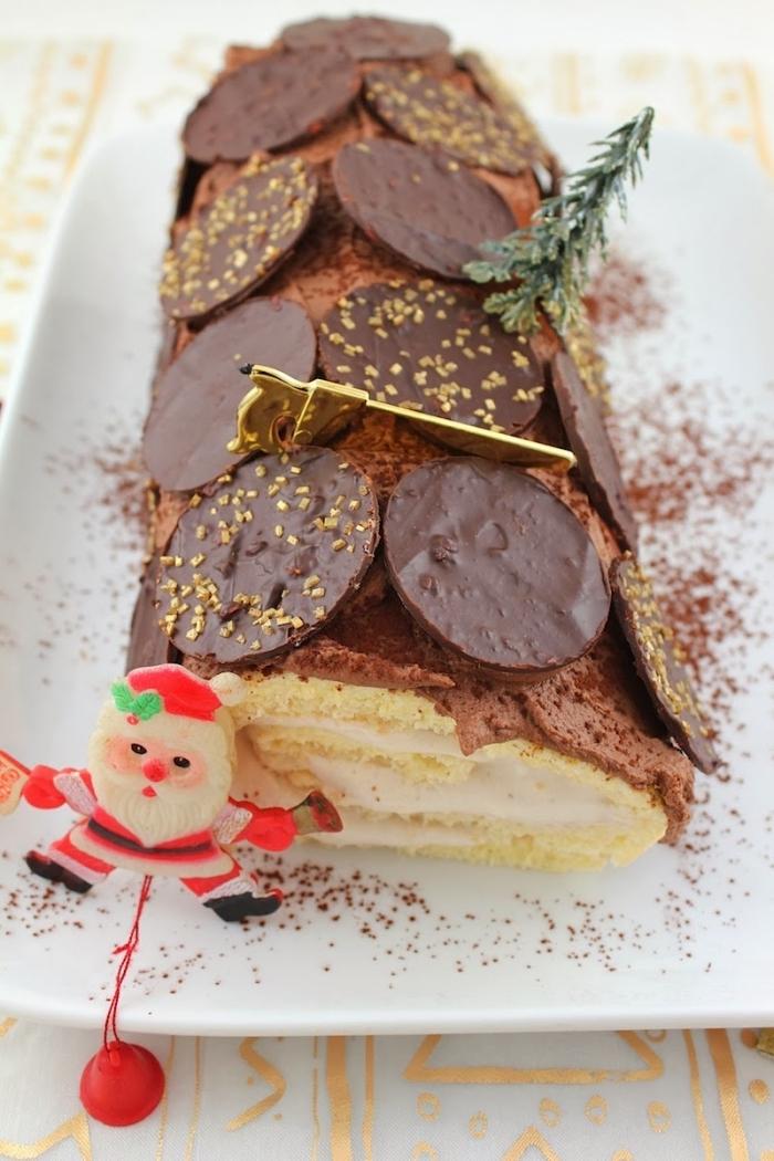 recette de buche de noel pâtissière vanille et chocolat parfumé au rhum et décorée avec des pastilles en chocolat