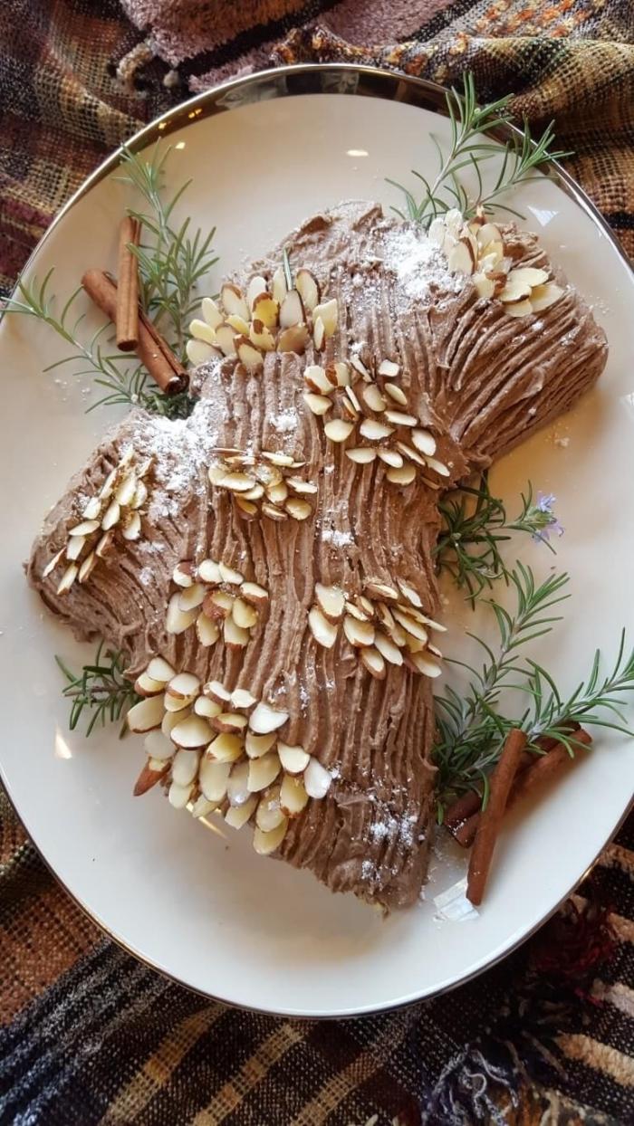 buche de noel facile et rapide à la crème au café et au glaçage de crème beurre chocolat strié et décoré d'amandes effilées