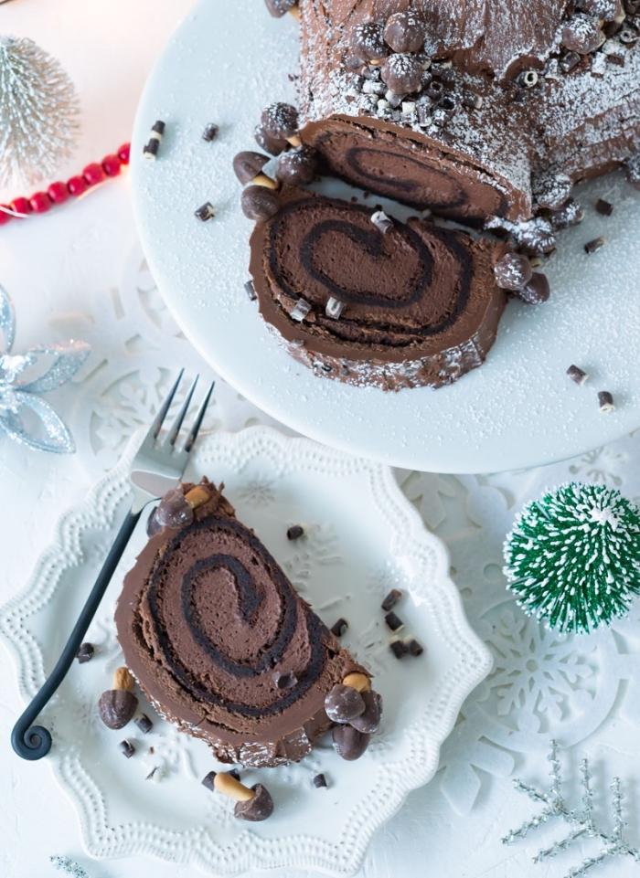 buche de noel maison au chocolat saupoudré de sucre glace au glaçage de crème au beurre, déco de table blanche