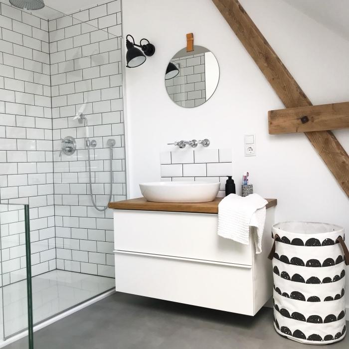 déco rustique dans une salle de bain 5m2, salle de bain moderne en blanc avec sol imitation béton et poutres bois apparentes