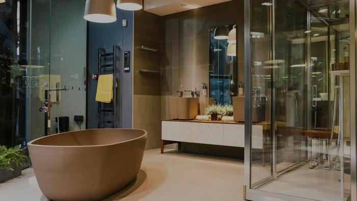 baignoire îlot originale, cabine de douche aux cloisons transparents, miroir mural haut, meuble sous vasque bois et blanc