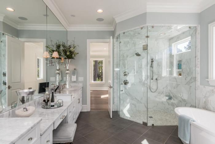 carreaux de salle de bain couleur foncée, cabine de douche d'angle, meuble sous vasque marbré, cloison verrière, grand miroir