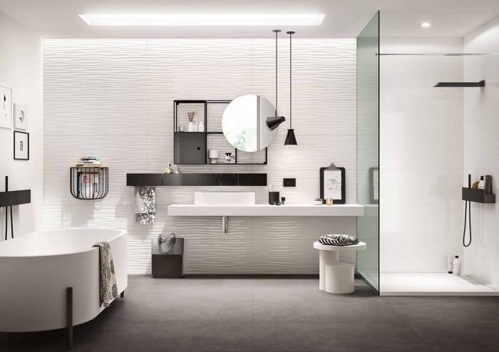 modele salle de bain spacieuse avec cabine de douche et baignoire, meuble de rangement étagères en fer style industriel