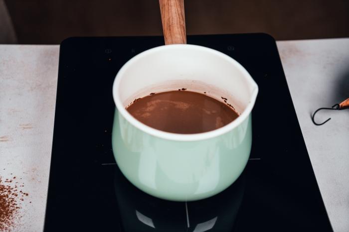 exemple comment bien mélanger le lait de coco avec le cacao en poudre pour préparer du chocolat chaud gourmand