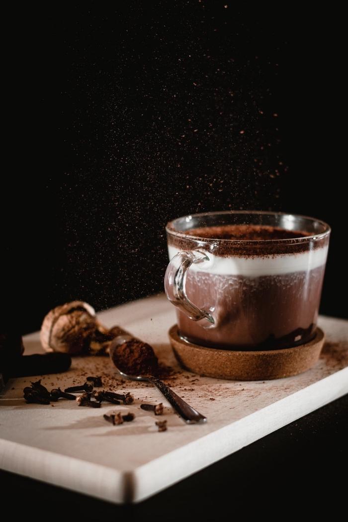 comment préparer un chocolat chaud épais, recette chocolat fondu aux noirs et crème épaisse saupoudré de chocolat râpé