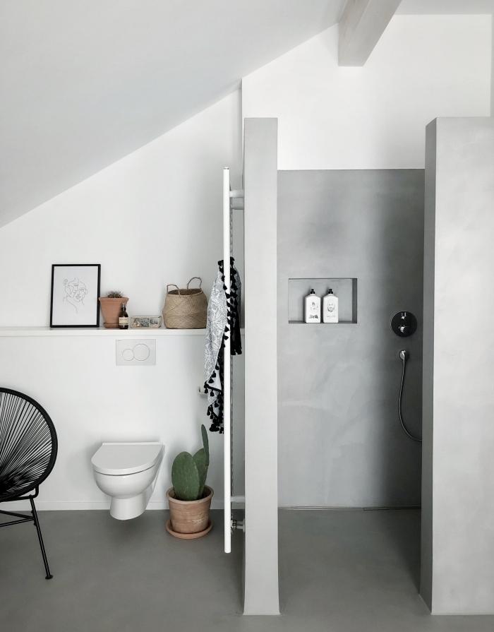idée déco sous pente dans une petite salle de bain avec douche, revêtement mural à peinture béton avec niche rangement mural