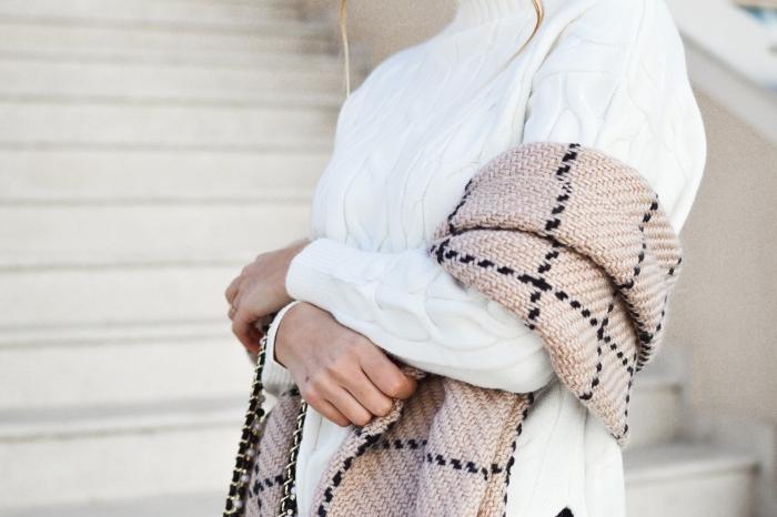 modèle d'écharpe en crochet beige et noir longue, cadeau de noel pour femme, accessoire à offrir à une femme pour noel