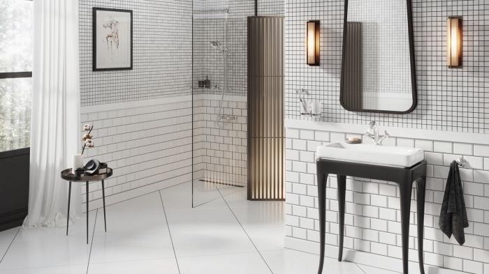choix de faience salle de bain tendance, modèle de carrelage blanc et noir aux motifs carreaux, agencement salle de bain avec cabine de douche