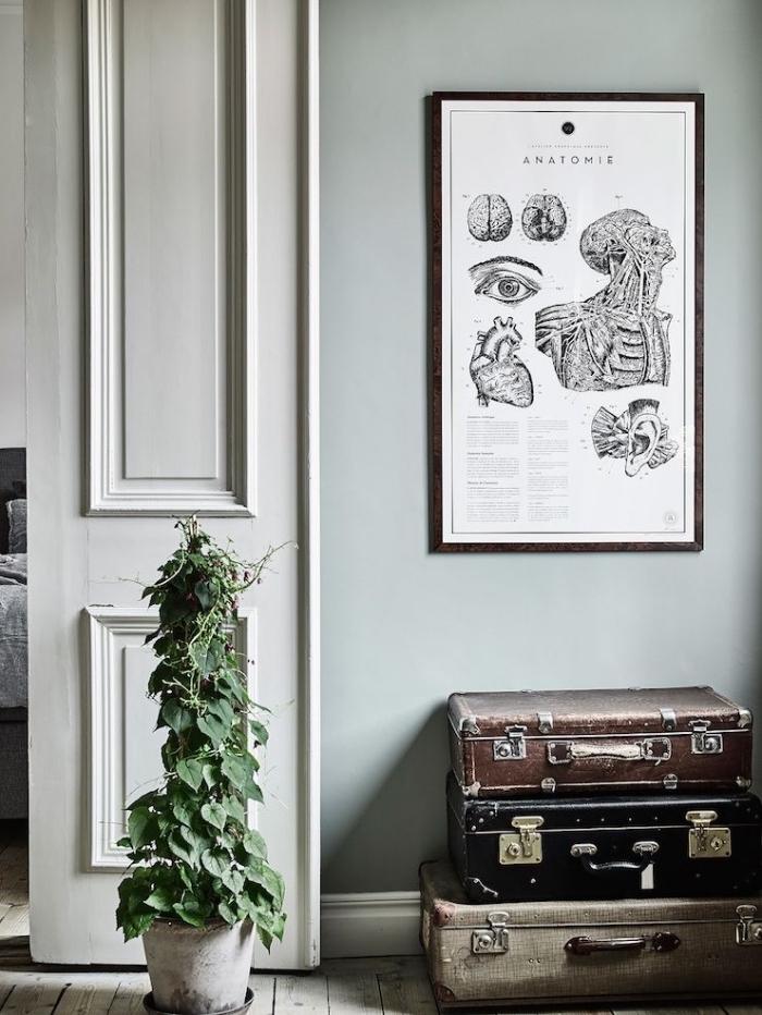 déco de style bohème chic dans une pièce aux murs vert pastel, idée quelle couleur associer au gris, peinture murale gris verdâtre